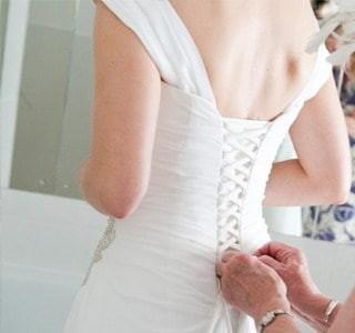 dichtrijgen van een trouwjurk